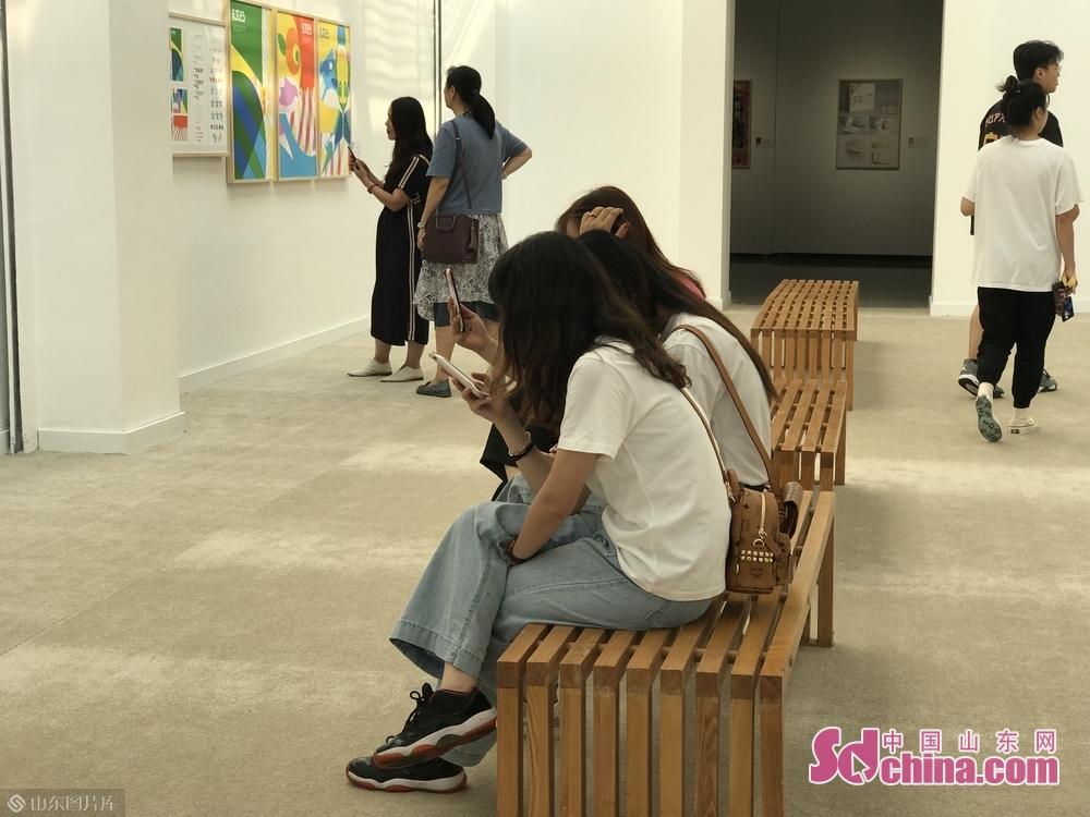 見学者は芸術品を観賞している。