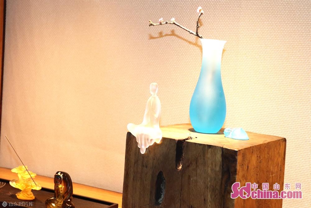 <br/>  在第十九届中国(淄博)国际陶瓷博览会现场,淄博琉璃华美绽放。