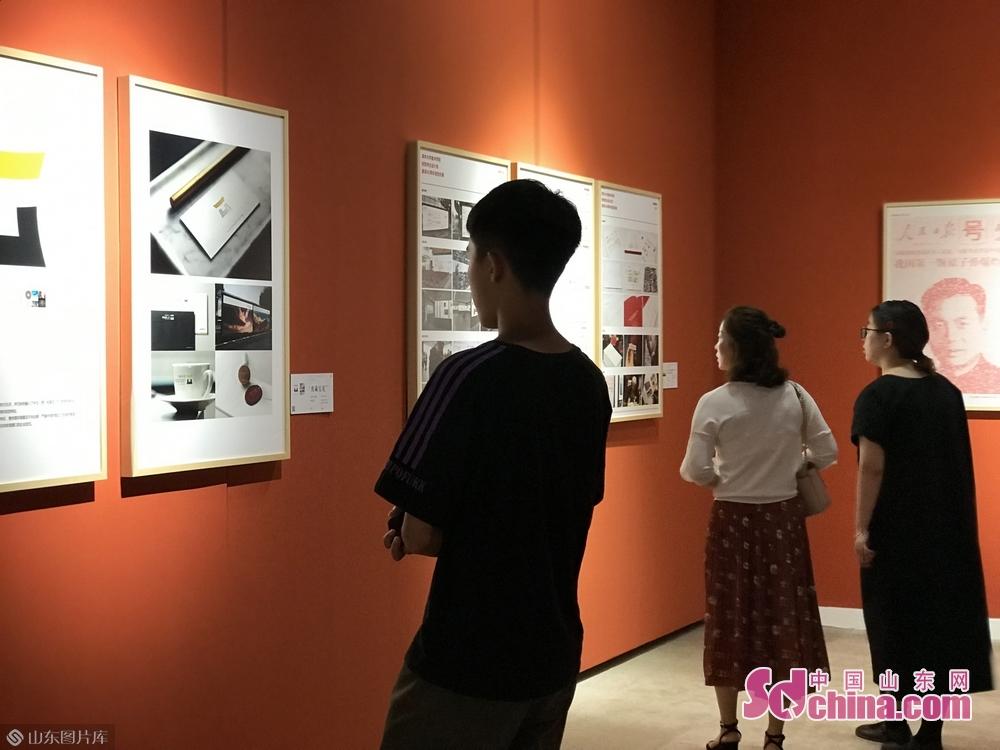 高水平艺术作品汇集吸引了为数众多的观众,开幕日当天1万余人观展。图为正在欣赏作品的观众。
