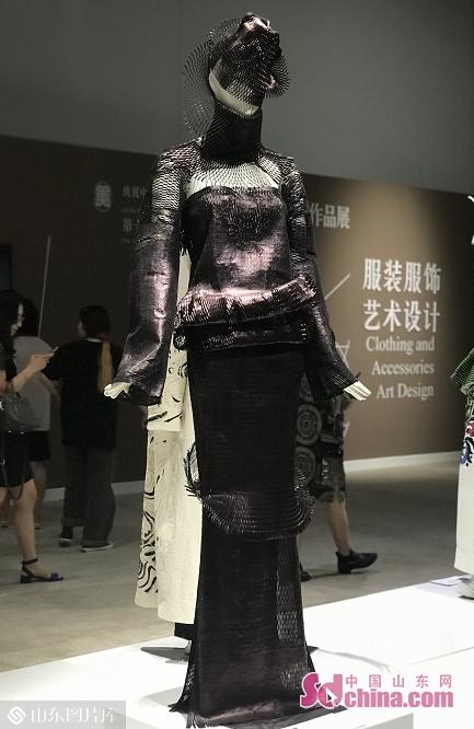 图为服装设计参展作品《一路温暖》。