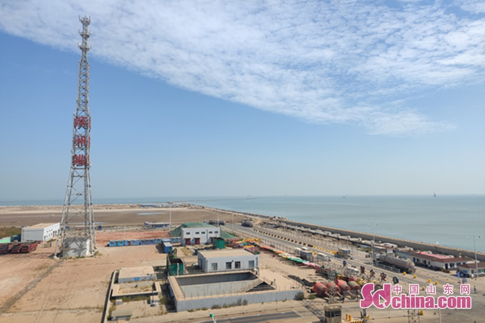 <br/>  港口正在运作的塔吊,不停歇地将货物装载到船上,运往世界各地。<br/>