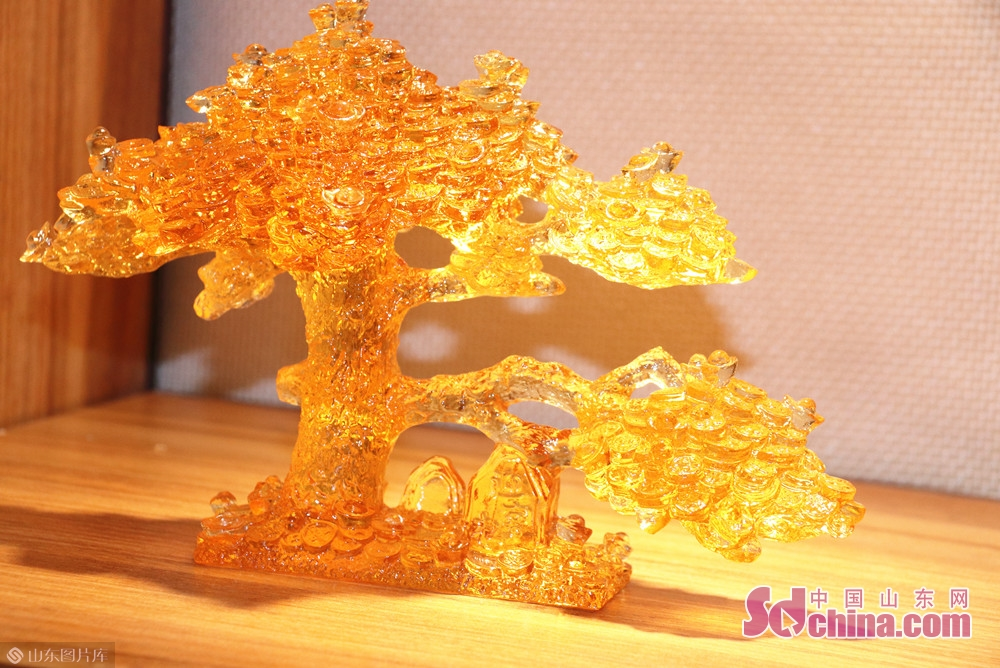 <br/>  在第十九届中国(淄博)国际陶瓷博览会现场,淄博琉璃华美绽放。<br/>
