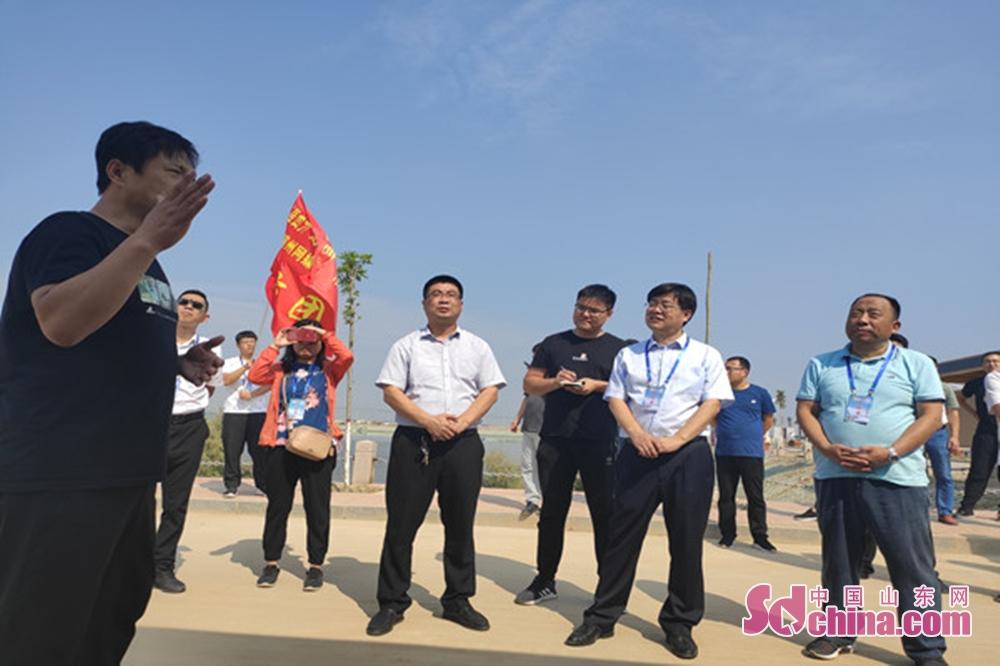 <br/>  李宪章(左一)介绍水沟村发展情况。<br/>