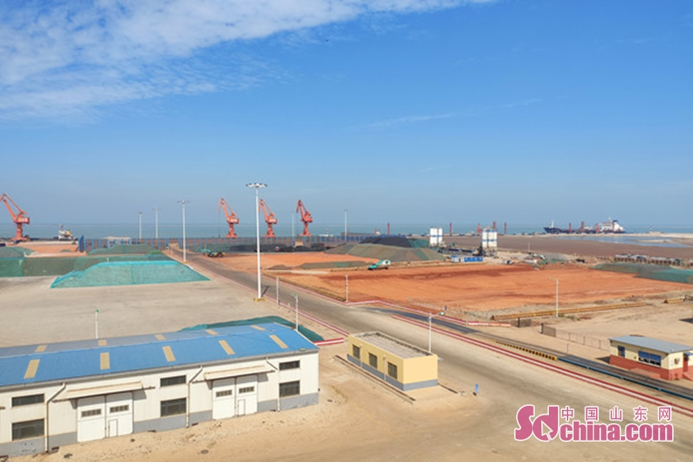 <br/>  登上观景台,滨州港的全貌尽收眼底。<br/>