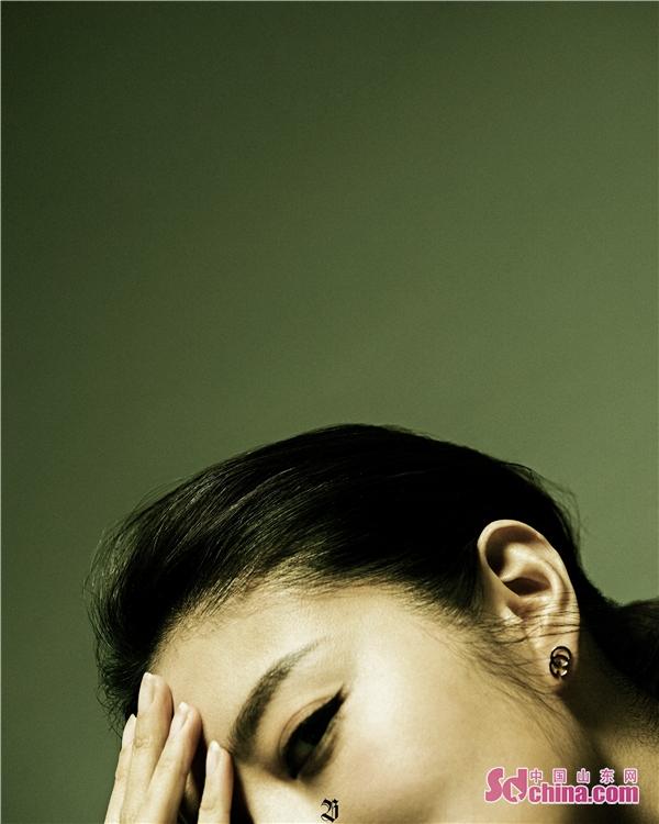 安以轩登时尚杂志开年封面 光影间展现独特镜头魅力