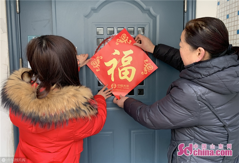 <br/>  &ldquo;每年楼道大门的春联都是我贴,这是我作为楼长的职责与义务,今年还没来得及去买,正好你们送来了春联,谢谢你们&rdquo;,姜阿姨高兴地对记者说,随后,中国山东网记者帮姜阿姨把春联贴在了门上。<br/>