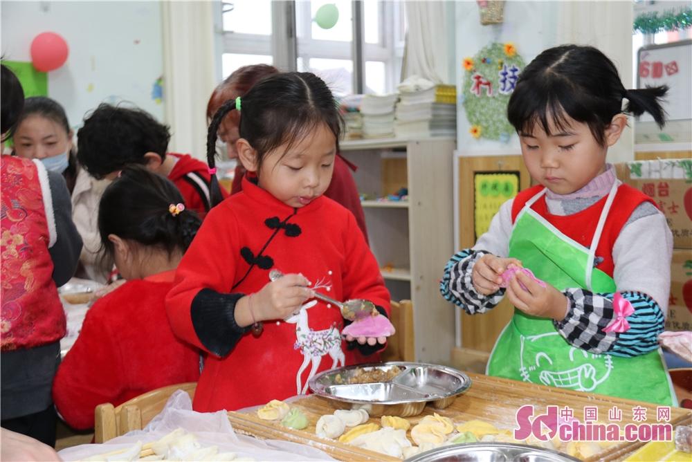 <br/>   厨房的工作人员给我们送来了雪白的面粉、彩色的蔬菜汁和水果汁,大家聚在一起包饺子,擀擀皮,调调馅,捏饺子,话新年,其乐融融、浓情有爱。<br/>