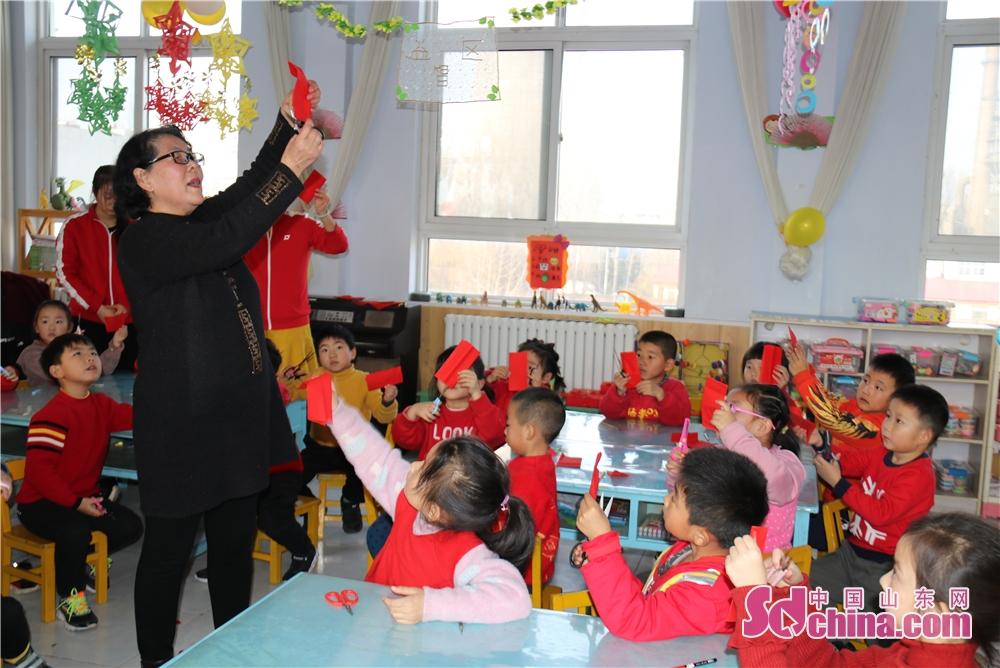<br/>  剪纸协会的老师来到该园,带孩子们一起感受和体验珍贵的中国艺术。<br/>