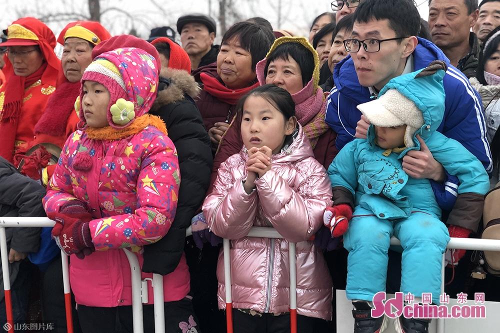 <br/>  临近春节,峡山区送上&ldquo;民生大礼包&rdquo;,开幕当天实行免费开放,吸引了大批游客入园参观。<br/>