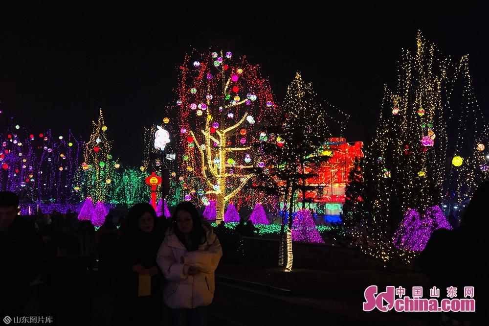 <br/>  为了打破灯会仅在夜间让观众游玩的束缚,本届灯会继续引进各式特色小吃以及20余项特色游乐设备,努力丰富广大游客的游玩选择,进一步增加游园的参与性、互动性和趣味性。<br/>