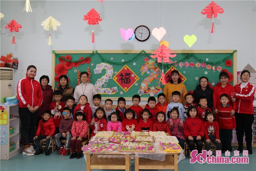 <br/>  春节前夕,诸城市第二幼儿园充分发掘春节习俗中的优秀传统文化元素,与幼儿园主题课程有机融合,围绕传统节日里的文化传承教育,开发了一系列&ldquo;年味&rdquo;节庆课程。<br/>