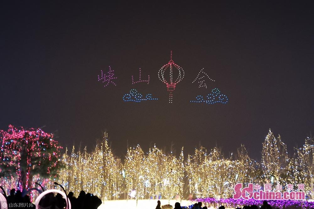 <br/>  开幕式结束后,还上演了两个场次的无人机编队表演,由500架无人机组成的编队惊艳亮相,不断变换阵型,华丽的表演点亮了峡山的夜空,赢得了游客的阵阵欢呼。<br/>