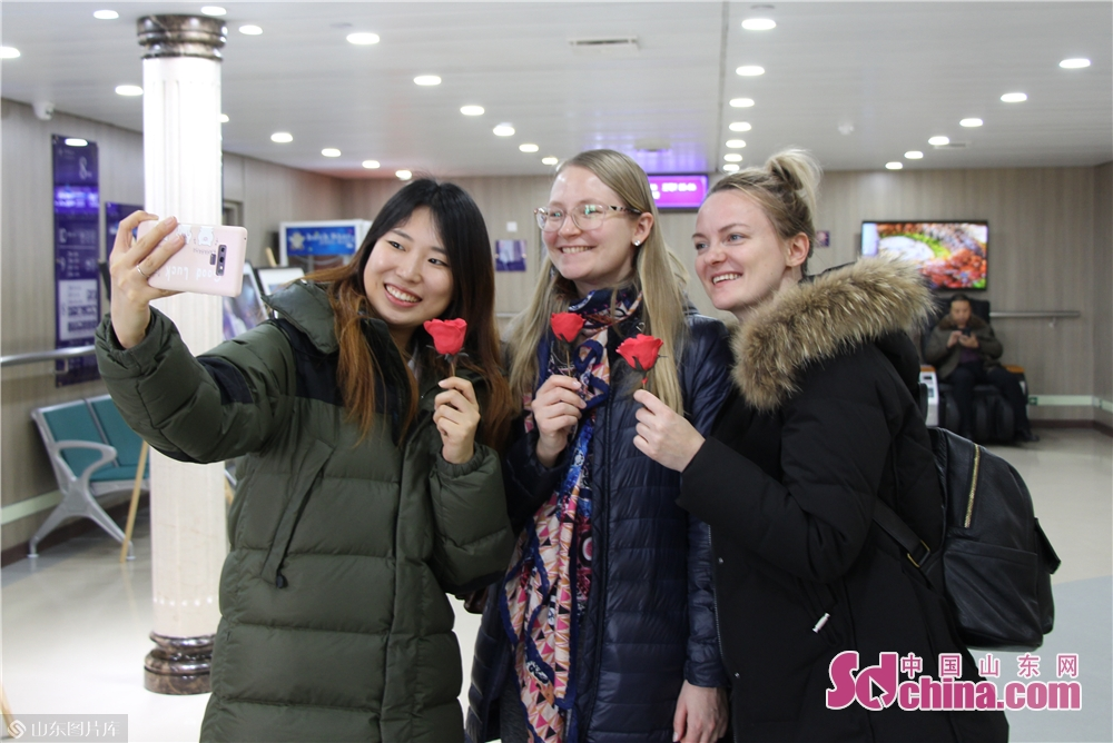 Foreigners take a selfie on the Fuxing cruise in Yantai, Shandong Province on Dec. 27, 2017. The New Year celebrations of Yantai kicked off here on Friday.