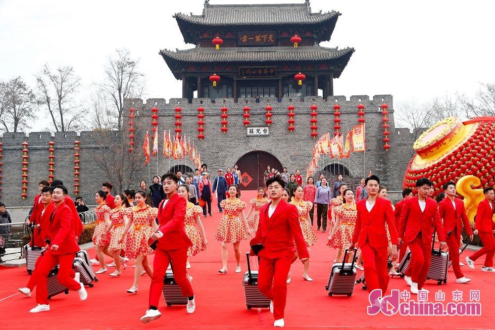 台儿庄古城以精彩的演出迎接2020年第一天的到来。<br/>