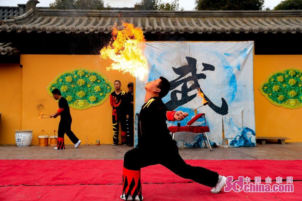 寒冬中,喷火表演为游客带来些许温暖。<br/>