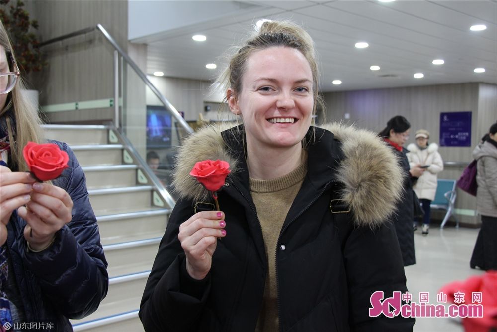 A foreigner displays her dough modeling work on the Fuxing cruise in Yantai, Shandong Province on Dec. 27, 2017. The New Year celebrations of Yantai kicked off here on Friday.<br/>