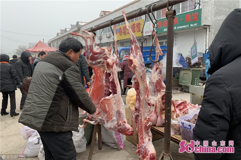 <br/>  &ldquo;苹果两块块一斤!&rdquo;&ldquo;刚杀的猪,新鲜的猪肉吆&rdquo;&ldquo;买盆花吧,给家里添添喜气&rdquo;...此起彼伏,前来赶集的村民认真地挑选着自己中意的年货。<br/>