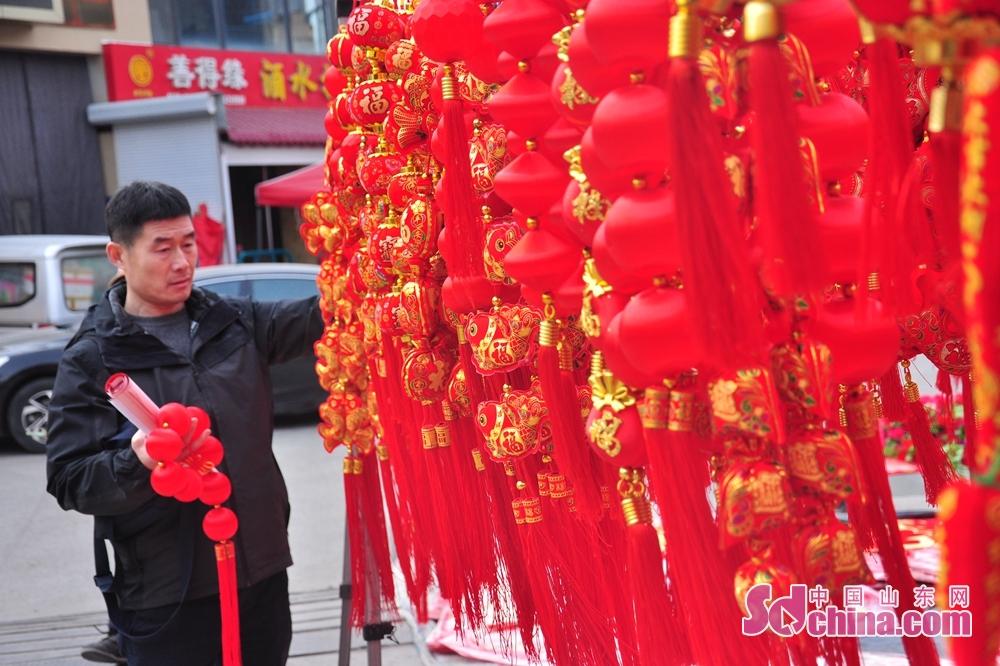 <br/>  市民正在挑选新春挂饰。<br/>