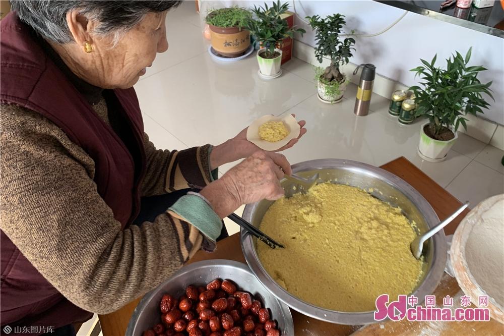 <br/>  马先生母亲说:&ldquo;米包软糯香甜,孩子们都爱吃,所以每年都会给孩子们蒸,愿孩子们新的一年蒸蒸日上&rdquo;。<br/>