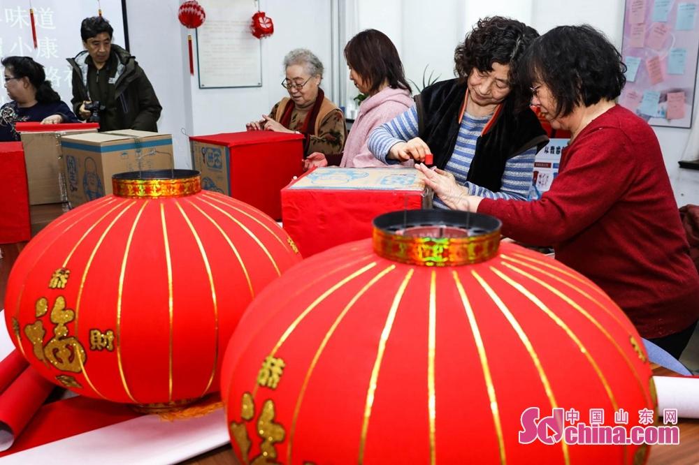<br/>  过年挂灯笼是中国的习俗,红色代表喜庆,圆形灯笼则寓意团圆美满,红灯笼象征着平安祥和红红火火。参加活动的老人在社区志愿者的指导下,个个精神饱满专心致志扎制灯笼。有的让老伴帮自己戴上老花镜,夫妻两人齐力扎制;有的相互帮忙彼此配合扎制;也有心灵手巧的自己独立完成。大家在一起欢声笑语互相比赛,争先恐后不服输。一个个圆形、球形、方形灯笼在居民手中第次完成,老人们争先恐后地展示着自己的劳动成果,每个人拎着自己扎制的灯笼拍照留念,第一时间将照片发往微信朋友圈,活动现场瞬间成了一片欢乐的海洋。<br/>