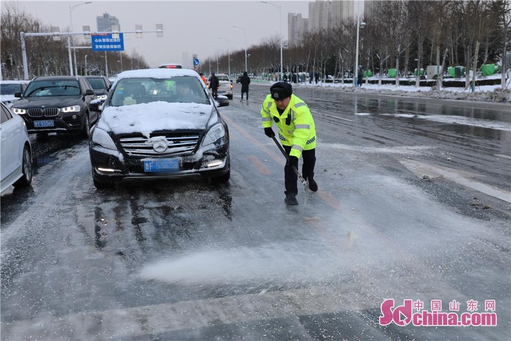 <br/>  1月7日至8日,烟台市区迎来强降雪天气,路段积雪结冰。交警部门以雪为令,全警上路,按照路不通警不撤的要求,全警全力坚守岗位疏导防滑。7日晚22:30市区全部路段畅通,民警们连续奋战6个多小时,保留警力巡逻至凌晨后,8日早高峰,全体民警提前半小时上岗,全力开展恶劣天气下疏堵保畅工作。<br/>