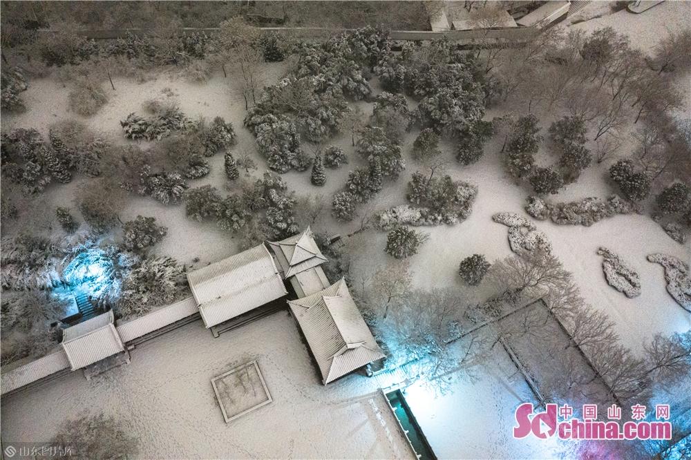 <br/>  1月7日拍摄的雪后千佛山景象。2020年首雪如期而至,位于山东省济南市的千佛山在白雪覆盖下显得尤为壮美。(摄影 张仁玉)<br/>