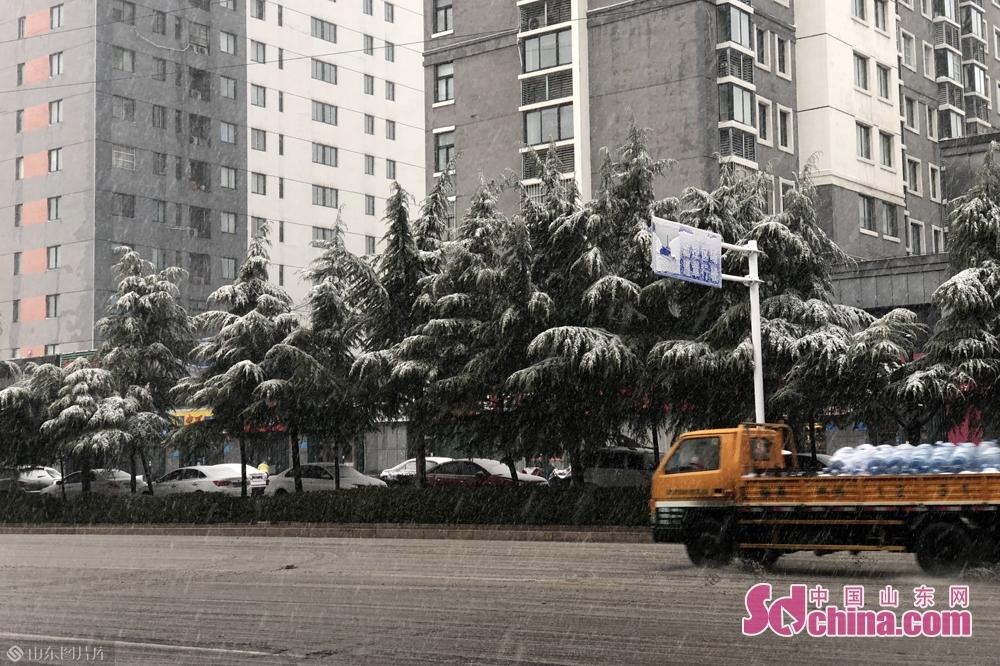 <br/>  潍坊气象台预报:今天白天到夜间,天气阴有小雨转中到大雪,局部暴雪,北风4~5级阵风7级,最低气温-4℃,最高气温3℃。<br/>