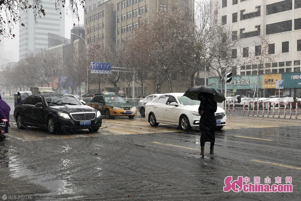 <br/>  潍坊市气象台2020年01月07日11时02分发布道路结冰黄色预警信号:目前,潍坊市城区、寿光、临朐和青州已出现降雪,随着气温进一步降低,预计今天中午到夜间全市均将出现降雪天气,今天下午到明天我市将出现对交通有影响的道路结冰和积雪,请注意防范。<br/>