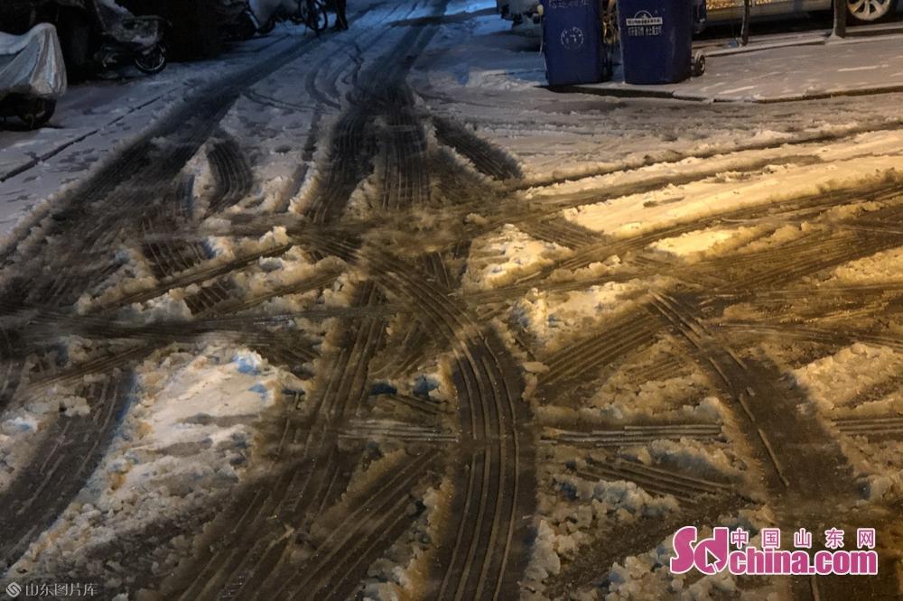 <br/>  小区内的道路被来往车辆压上&ldquo;冰车辙&rdquo;。<br/>