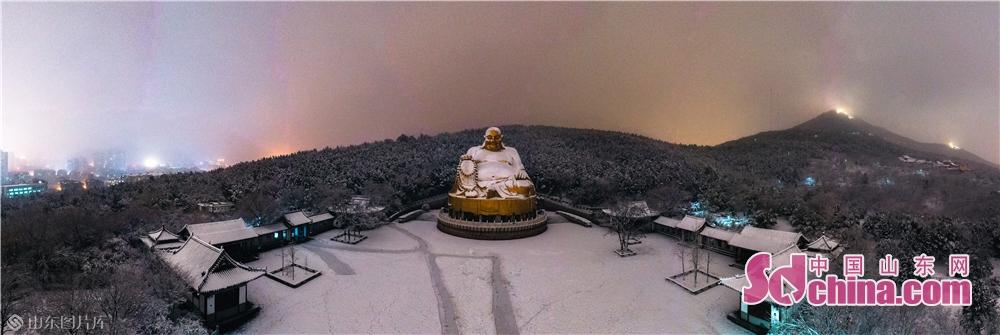 <br/>  1月7日拍摄的雪后千佛山俯瞰景象。2020年首雪如期而至,位于山东省济南市的千佛山在白雪覆盖下显得尤为壮美。(摄影 张仁玉)<br/>