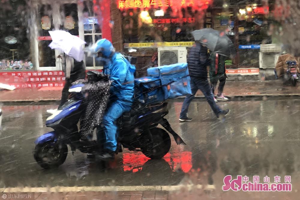 <br/>  潍坊市气象台2020年01月07日13时46分发布暴雪黄色预警信号:目前,潍坊市已出现降雪天气,预计今天下午到夜间降雪将持续,降雪量将达6mm以上,请注意防范。<br/>