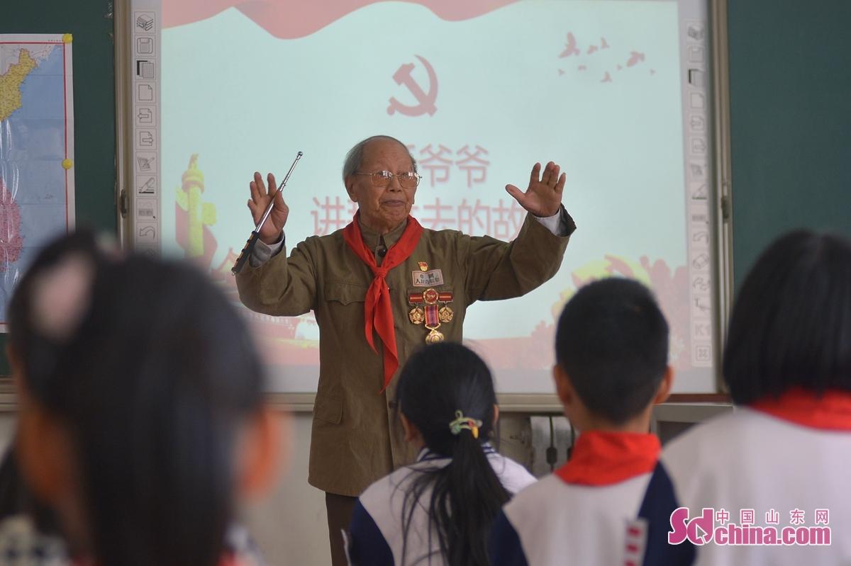 <br/>  在山东青岛包头路小学,志愿军老战士余明淮为学生们讲述抗美援朝时期的英烈事迹和战斗经历。