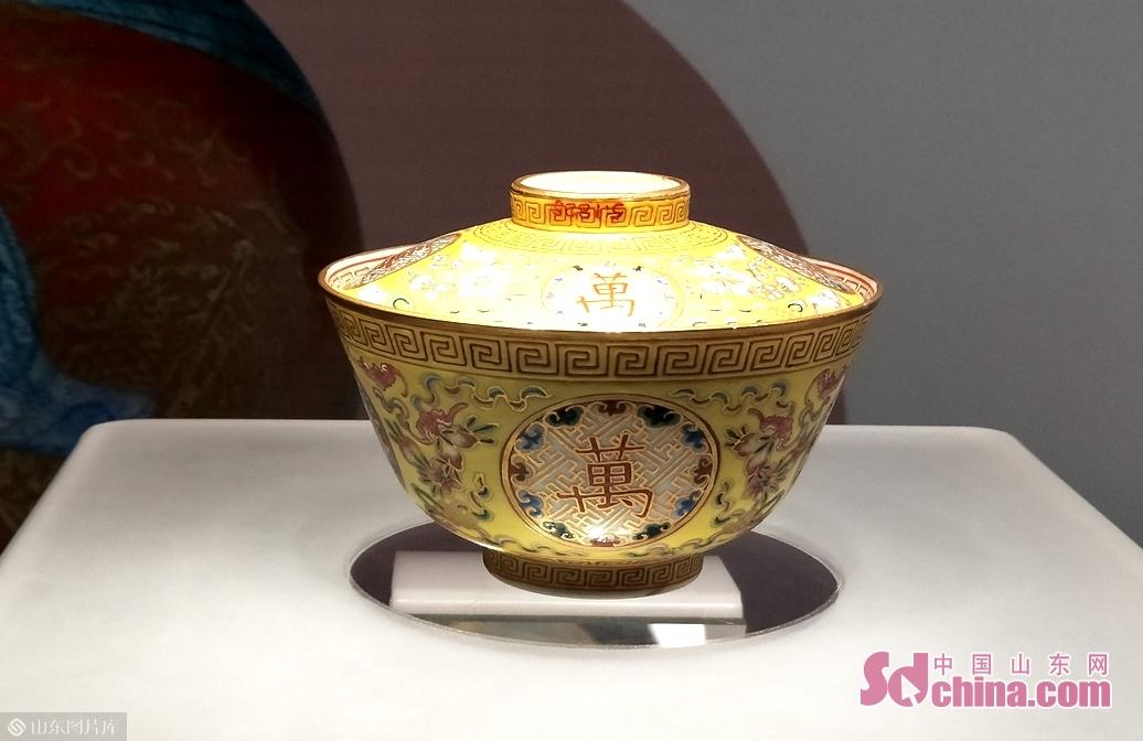永宣红釉、永乐白瓷、成化斗彩、嘉靖万历五彩是明代官窑瓷器中最负盛名的品种。