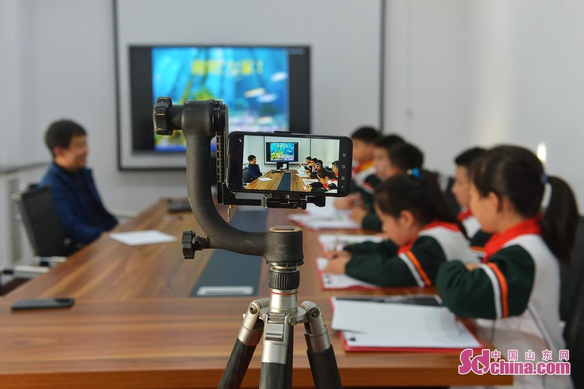 <br/>  这是青岛陵县路小学的学生在海洋科普现场与学校连线直播。<br/>
