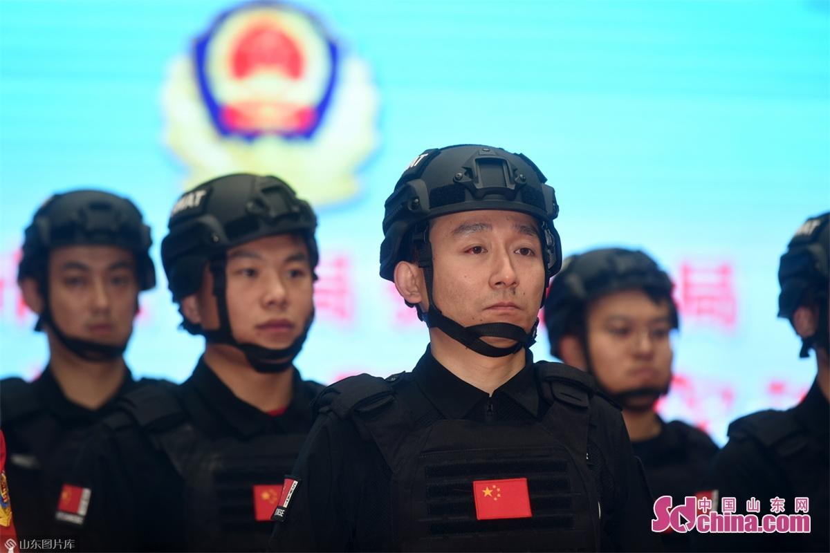 <br/>  在淄博市公安局张南分局,110民警如刀尖上的&ldquo;舞者&rdquo;,日复一日、年复一年的重复着一个又一个危险的动作!责任重于泰山,压力大于瀚海!<br/>