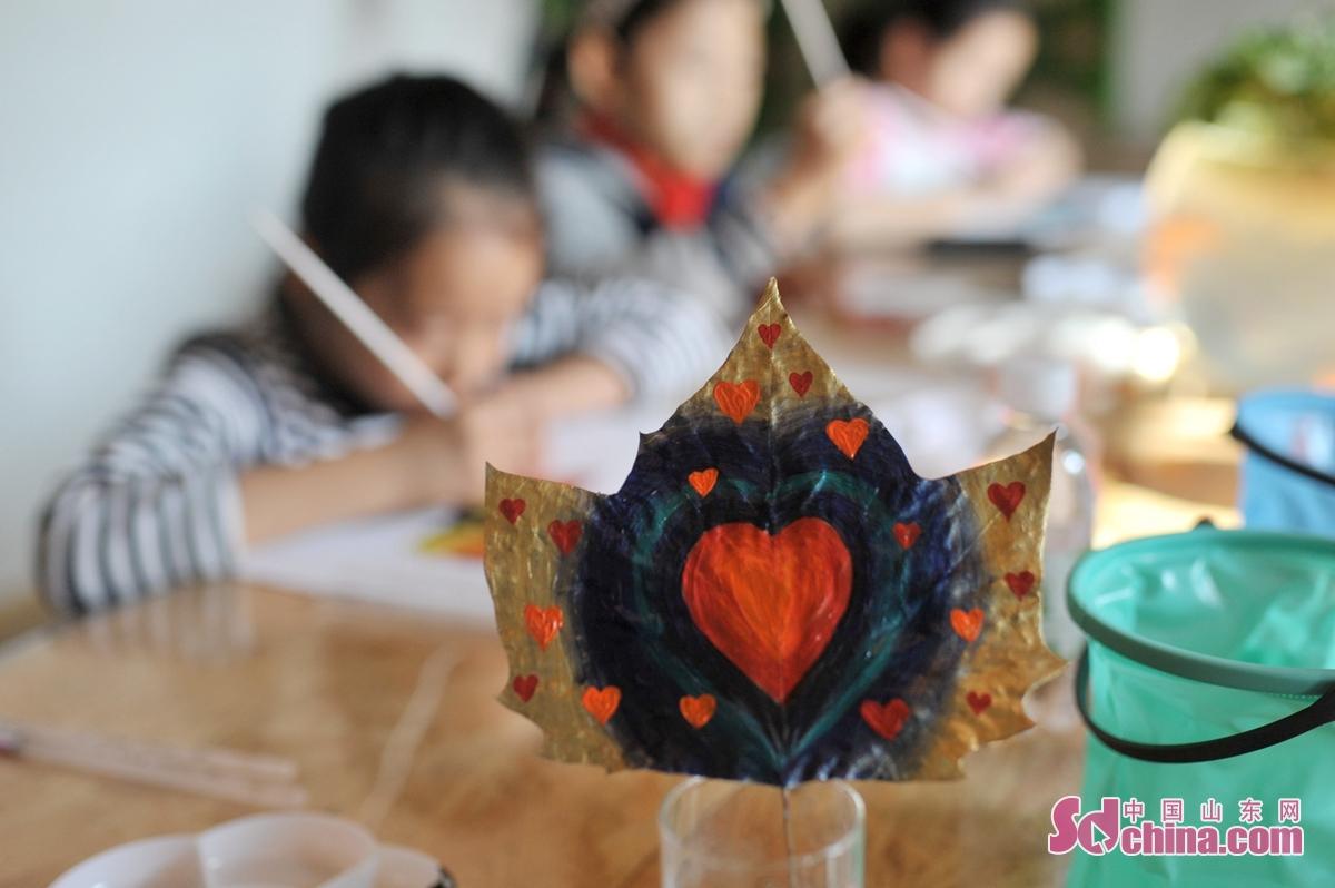 """11월 15일, 산동 청도의 첫 인터넷 + 전민 의무 식수 록색역참기가 벚꽃길에 가동되였다. 미술지원자는 """"가을을 잡으라""""는 주제로 첫 잎새그리기 봉사활동을 펼치기 시작했습니다. 아이들은 모은 가을잎을 통해 가장 아름다운 가을을 그려냈다.<br/>"""