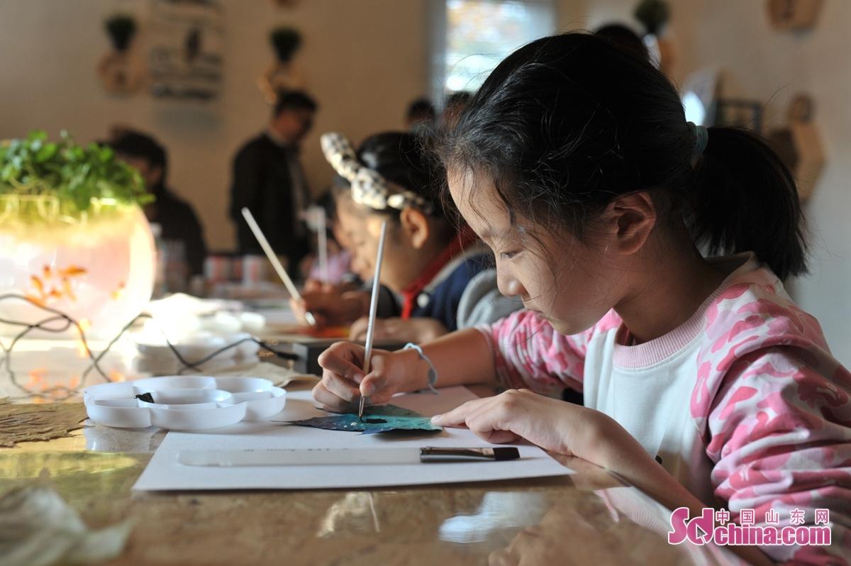 11월 15일, 어린이들이 청도시 '공익과학보급역' 첫 활동에서 나무잎그림을 배우고 있다.<br/>