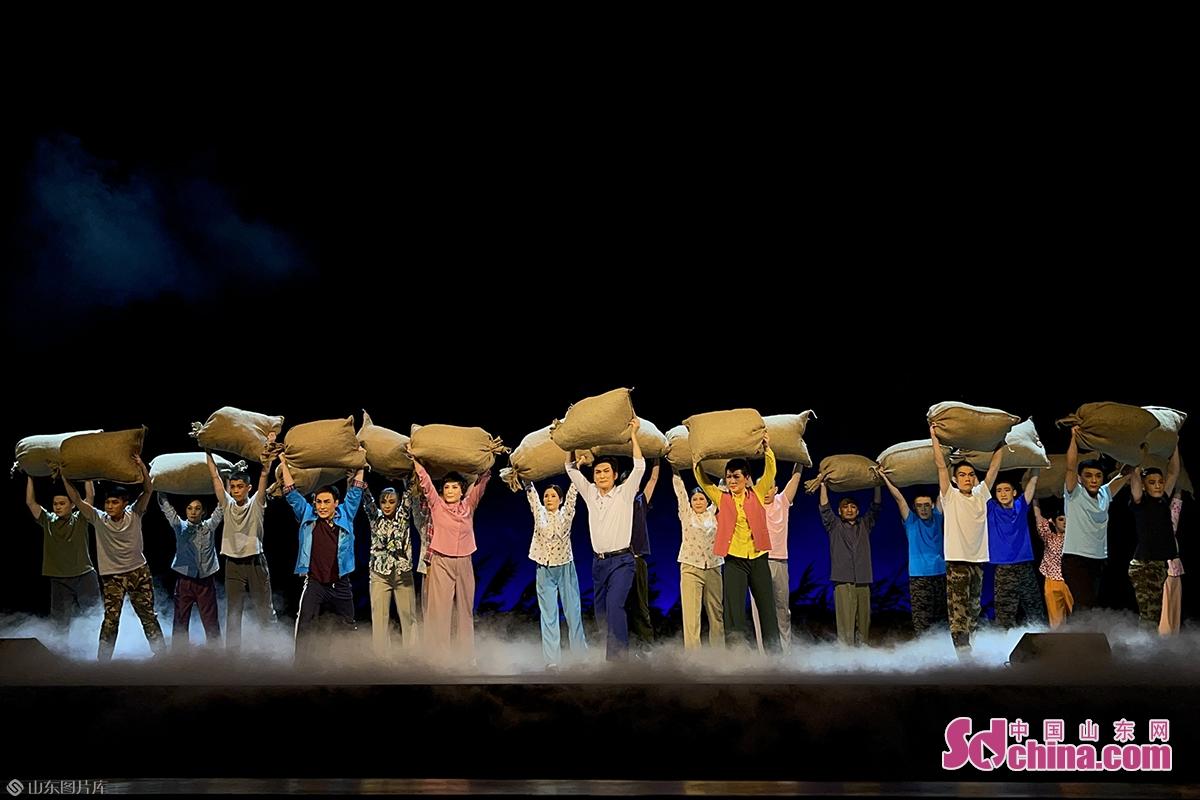<br/>  11月19日晚,山东潍坊安丘市创作的现代京剧《头雁》在潍坊保利大剧院举行汇报演出,现场700余名观众欣赏了这一精彩剧目。<br/>