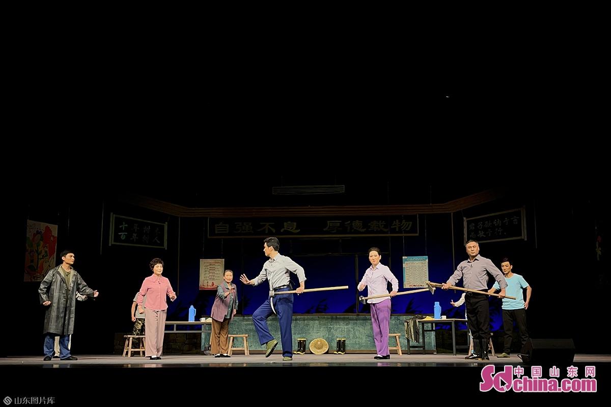 该剧紧紧围绕京剧舞台艺术特征为创作根本,突出表现京剧舞台意韵,彰显京剧舞台美学特征,充分运用唱、念、做、打艺术手段,并作了一些积极探索与尝试。<br/>
