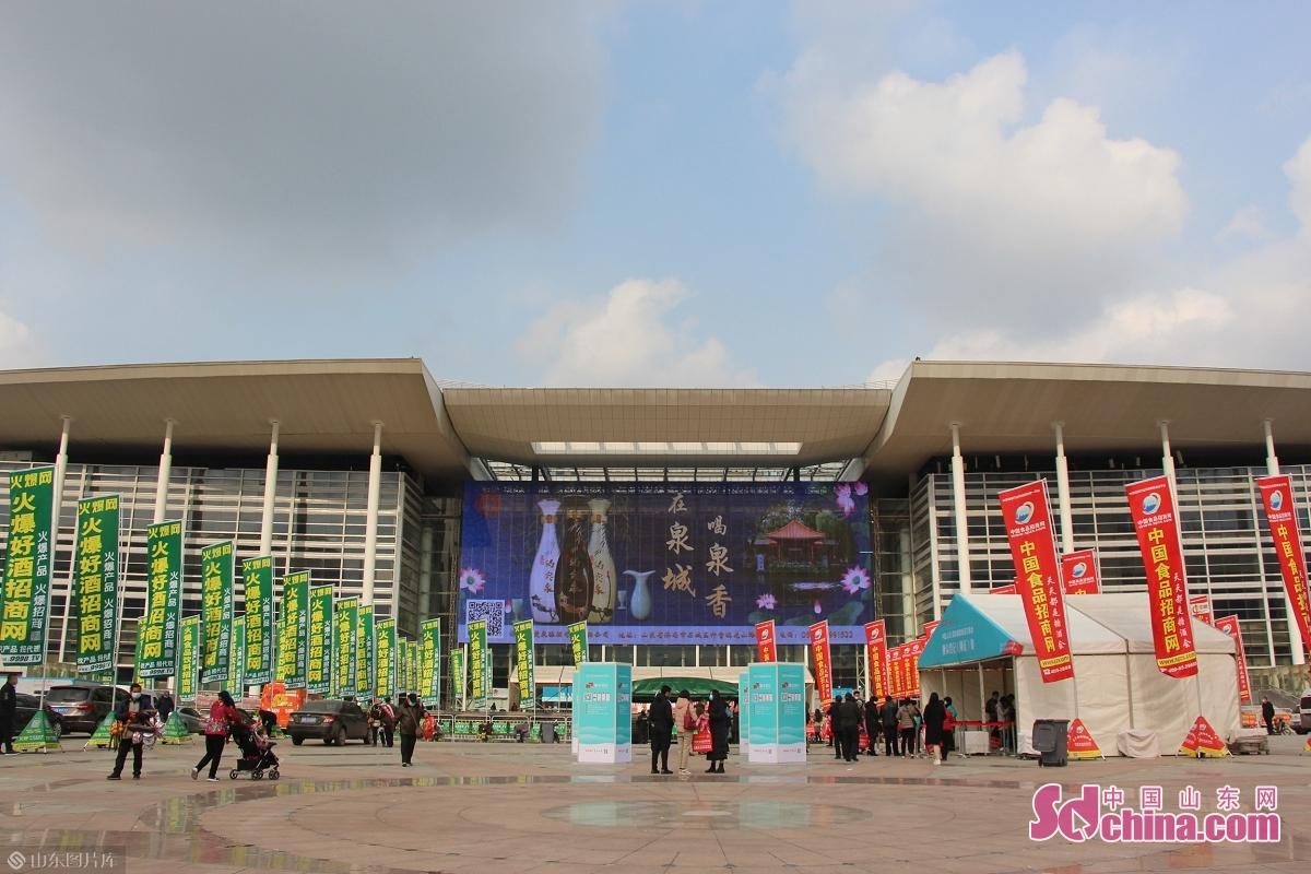 11月27日、第14回中国(山東)国際糖酒食品取引会は済南国際会展中心(高新区)で開幕され、会期は3日とする。同展覧会の出展面積は3万平方メートル、600社あまりの企業は出展した。<br/>