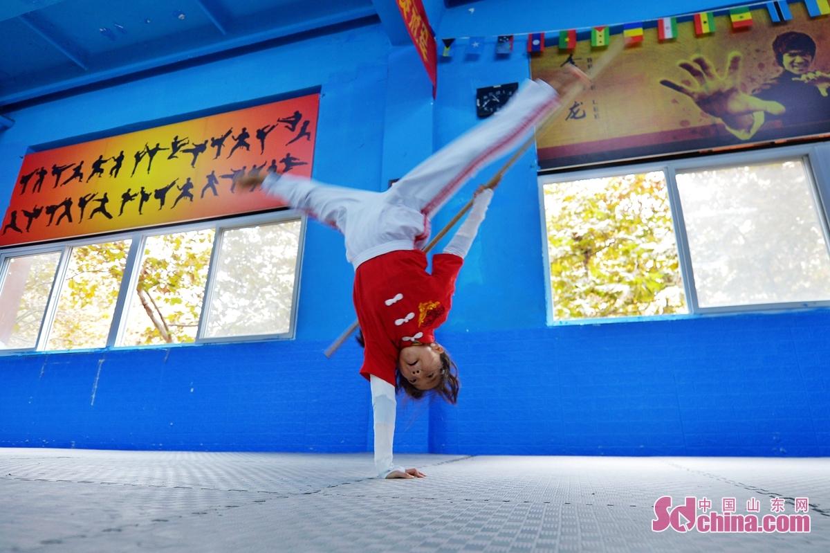 <br/>  11月5日,学生在课余时间练习少林棍。<br/>