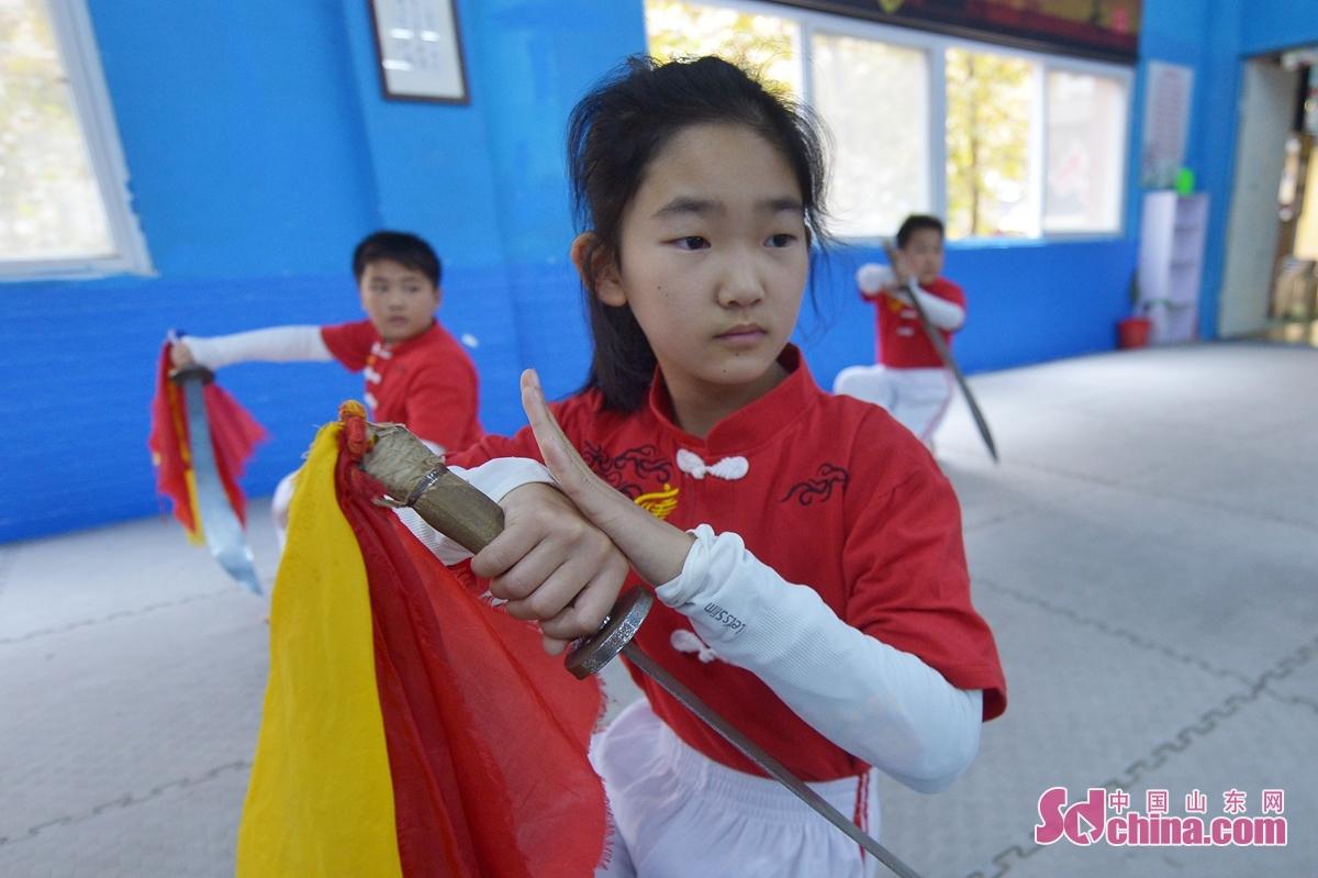 <br/>  11月5日,学生在课余时间进行初级刀法训练。<br/>