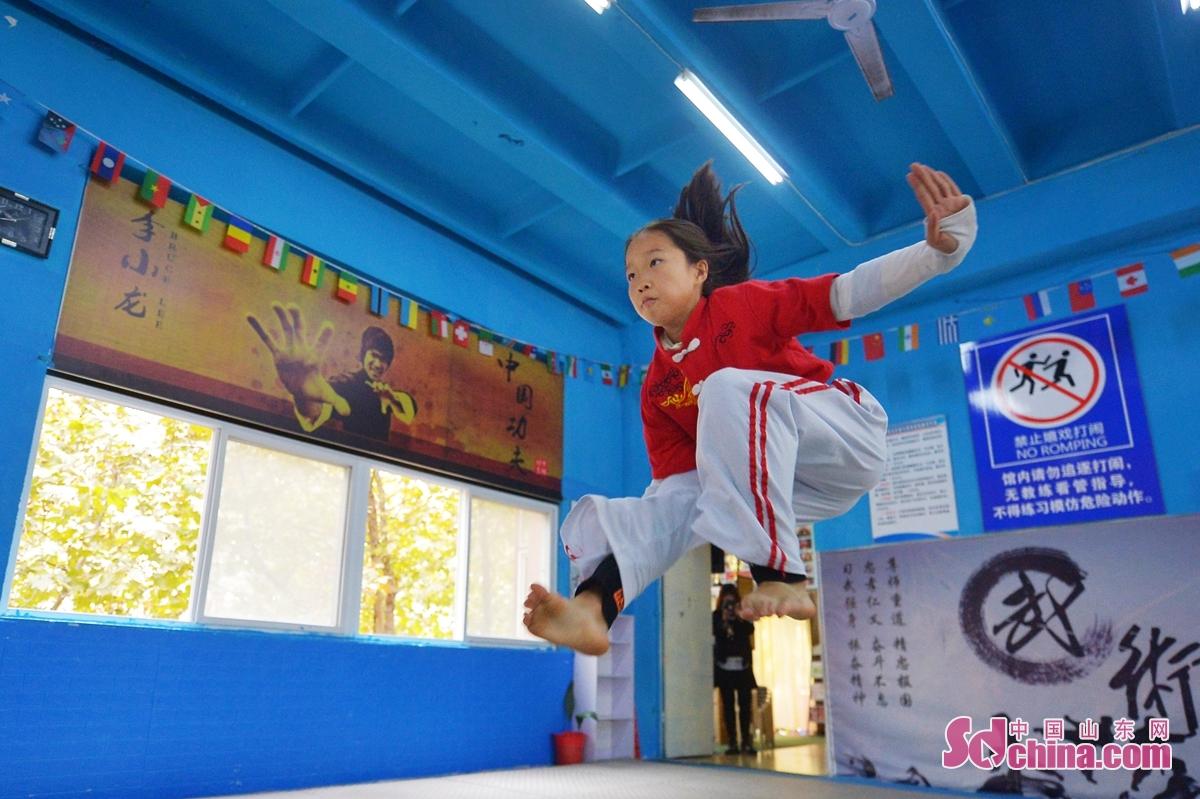 <br/>  11月5日,学生在课余时间练习武术基本功。<br/>