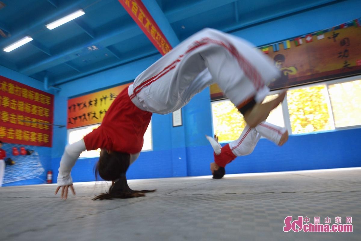 <br/>  11月5日,学生在课余时间练习武术基本功。
