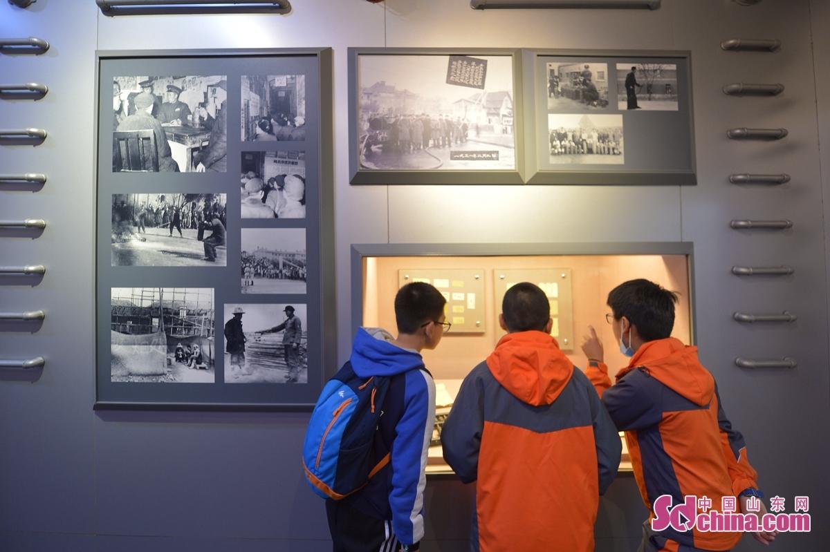 학생들이 전시관에서 소방 지식을 배웠다.