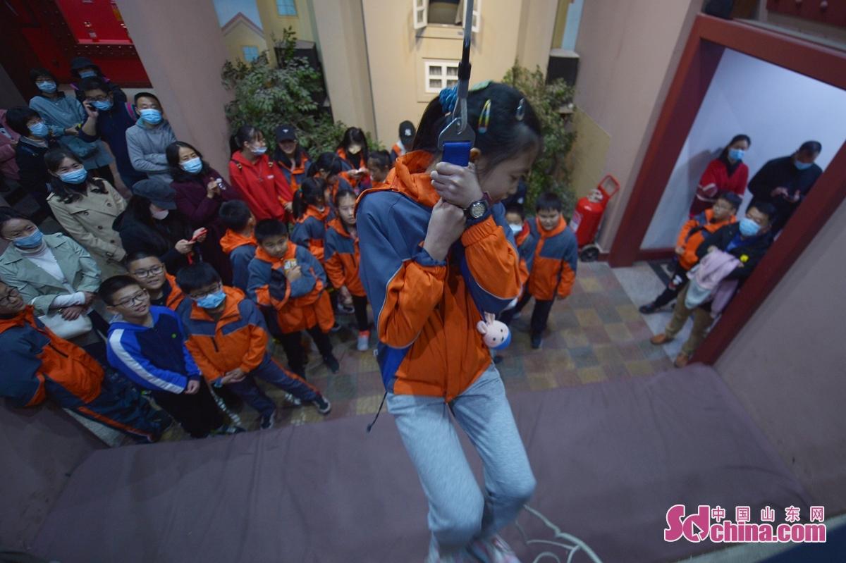 학생들이 전시관에서 소방 지식을 배웠다.<br/>