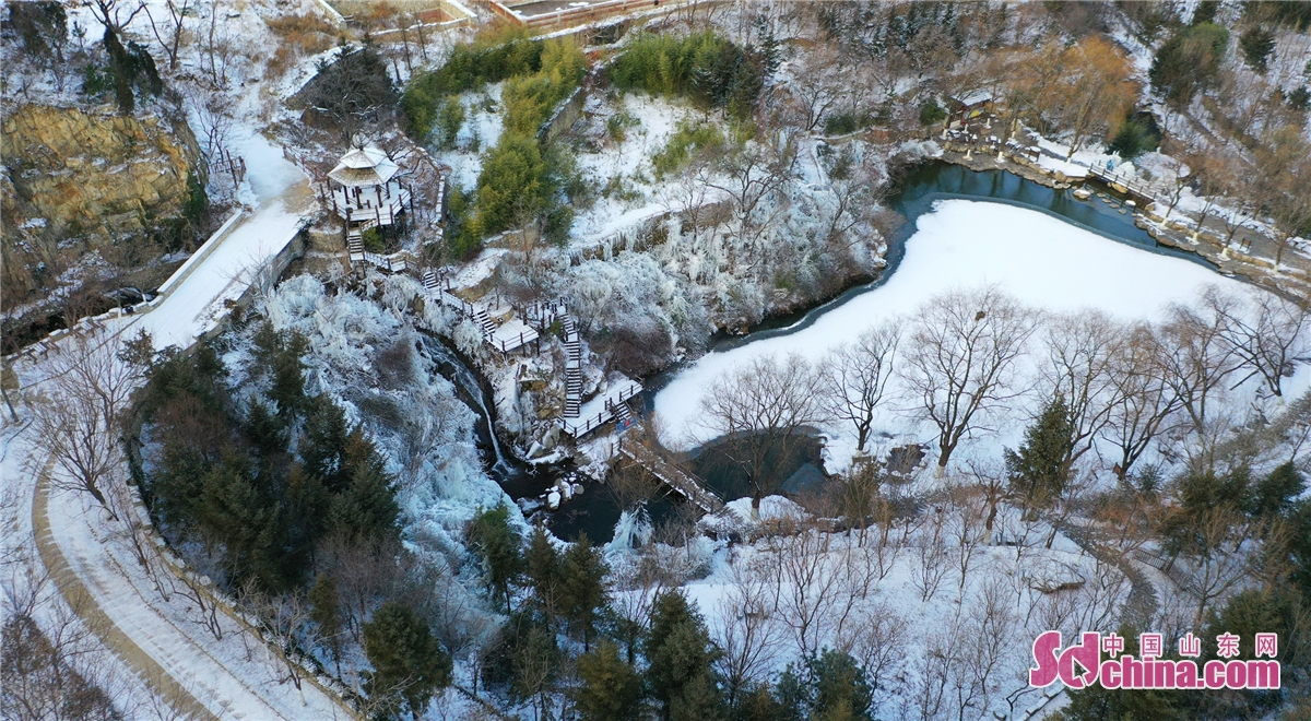 Aerial Photo shows the fourth snowfall of this winter in Jiuru Mountain Scenic Spot on December 13. The snow fell from 9 am to 14 pm on that day. The heavy snow covered Jiuru Mountain with a thick &ldquo;quilt&rdquo;, showing tourists the beautiful scenery covered by snow.(Photo by Wang Ping)<br/>