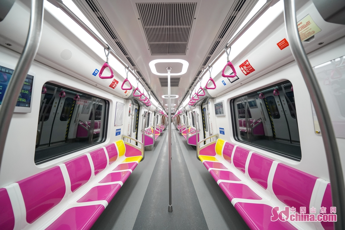 <br/>  1号线北段起于青岛北站,止于东郭庄站,线路全长21.9公里,全程36分钟左右。参建单位为中国中铁、中国铁建等。1号线列车由中车青岛四方机车车辆股份有限公司制造,列车外观以天蓝色和中黄色搭配,客室内装板采用水性漆喷涂,绿色环保。采用B1型电客车,6车厢编组,最高运行速度100公里/时,列车最大载客量约1900人,配备冷暖车厢。<br/>  8号线北段起于青岛北站,止于胶州北站,线路全长48.3公里,8号线跨海段是目前国内最长的地铁过海隧道,全程需45分钟左右。参建单位为中国建筑、中国中铁等。8号线列车由中车青岛四方机车车辆股份有限公司制造,列车外观以洋红色为主基调,融合黑、红两色,采用B型电客车,6车厢编组,最高运行速度120公里/时,列车最高载客量约1900人。<br/>