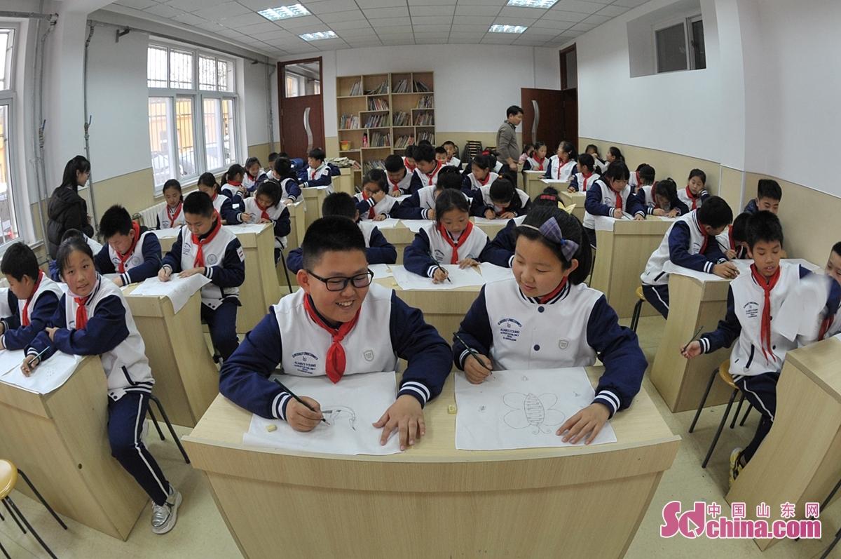 <br/>  12月1日,学生在体验蜡染头道工序描线稿。<br/>