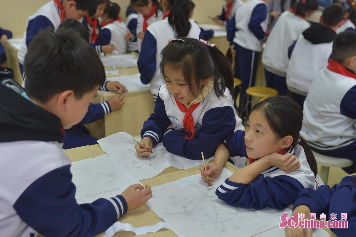<br/>  12月1日,学生一起交流描线起稿。<br/>